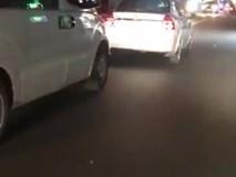 Taxi không nhường đường dù xe cứu thương hú còi liên tục