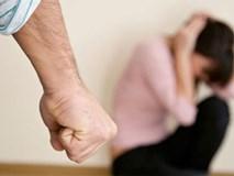 """Vợ trẻ uất nghẹn khi chồng cầm hết tiền lương cho bồ, nghe lời nhân tình về đánh vợ """"trối chết"""""""