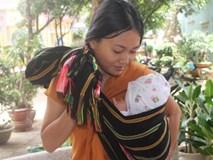 Mẹ bỉm sữa địu con 3 tháng tuổi đi thi THPT quốc gia