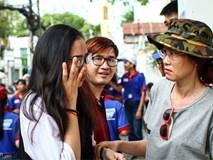 Nữ sinh bật khóc sau giờ thi Toán ở Sài Gòn