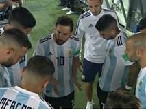 Bức ảnh gây sốt: Messi nói, dàn sao Argentina vây quanh lắng nghe