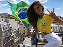 Siêu mẫu Victoria's Secret rạng rỡ cổ vũ Brazil, bỏ mặc bạn trai là thủ môn tuyển Đức đang buồn bã