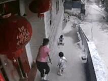 Người mẹ hốt hoảng khi để hai con tự trông nhau