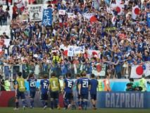 Cầu thủ Nhật Bản đi vòng quanh sân, cảm ơn fan đã cổ vũ giữa cái nóng 36 độ C