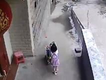 Để con gái lớn trông em với chiếc xe đẩy, người mẹ suýt nhận hậu quả đau lòng