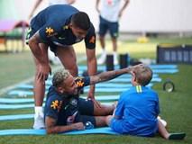 Neymar vui đùa cùng con trai trong buổi tập trước trận đấu gặp Mexico