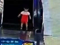 Khoảnh khắc kinh hoàng: Bé gái chơi một mình, bị thang cuốn đang chạy