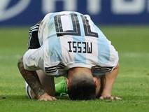 Messi đổ gục xuống sân, gương mặt thất thần rời World Cup khiến fan xót xa