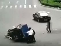 Người đàn ông tội nghiệp bị xe tự chế cán qua người 3 lần liên tiếp