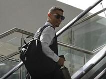 Ronaldo lịch lãm và tươi cười ngày xách vali về nước