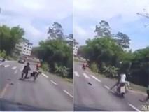 Clip: Vừa gượng dậy sau cú ngã xe máy, thanh niên đen đủi lại bị một xe khác đâm trúng do thiếu quan sát