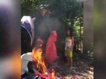 Vợ bỏ con đi ngoại tình nhiều lần, chồng bất lực mang quần áo của vợ ra đốt