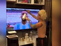 Khi đam mê cắt tóc nhưng vẫn muốn xem đá bóng