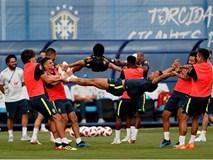 Dàn sao Brazil vui đùa trên sân tập trước trận đại chiến với Bỉ