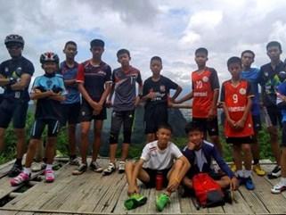 12 cầu thủ nhí và HLV mắc kẹt trong hang Tham Luang