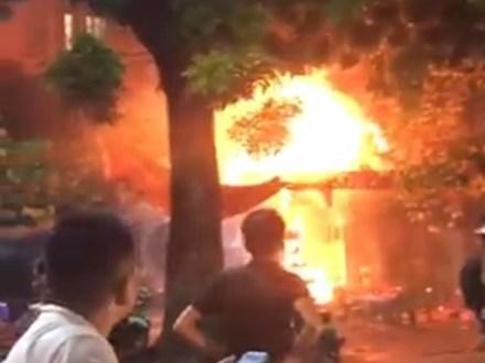 Quán bia bốc cháy dữ dội, nhiều người liều mình nhảy lầu thoát thân