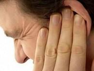 Người đàn ông thủng màng nhĩ vì lấy ráy tai ở tiệm cắt tóc: BS khuyến cáo các nguy cơ