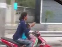 Nữ quái xế chở trẻ nhỏ vẫn vô tư buông hai tay lướt điện thoại
