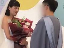 Cô gái số nhọ : Mặc váy cưới đến trường làm lành với bạn trai nhưng phải ngậm ngùi tay trắng ra về