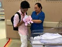 Cảm động trước hình ảnh Phan Hiển ôm con gái nhỏ về nhà sau 3 tuần phải cách ly