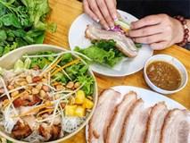 4 địa chỉ bánh tráng cuốn thịt heo ngon, giá bình dân cho những ngày Hà Nội mưa nắng thất thường