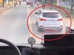 Đỗ xe ô tô trên đống than hồng rồi bỏ đi, tài xế may mắn được người dân dùng nước dập hộ-4