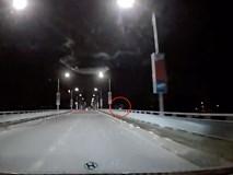 Camera hành trình bất ngờ ghi lại cảnh một nam thanh niên nhảy cầu trong đêm