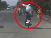 Thanh niên đứng trên xe máy lắc lư giữa đường đi
