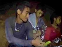 Huấn luyện viên đội bóng Thái phải ở lại hang một mình?