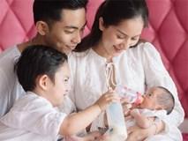 Lần đầu lộ hình ảnh khuôn mặt con gái mới sinh của Phan Hiển - Khánh Thi