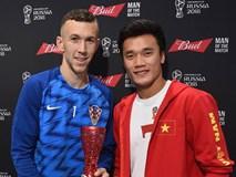 Bùi Tiến Dũng cười tươi, trao giải Cầu thủ hay nhất trận bán kết World Cup 2018