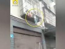TQ: Bố mẹ chơi bài, con kẹt đầu lủng lẳng ngoài cửa sổ