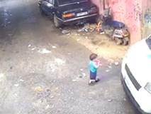 Sững sờ nhìn cậu bé ngồi dậy sau khi chui dưới gầm xe phế liệu