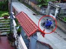 Clip: Khoảnh khắc 2 thanh niên đi xe máy quăng thòng lọng trộm chó trong tích tắc khiến người xem sửng sốt
