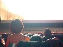 Hồn nhiên ngồi lên đùi bạn trai trong rạp chiếu phim, cô gái vô duyên hứng đủ 'gạch đá'