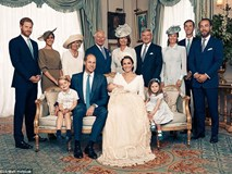 Công bố ảnh chính thức lễ rửa tội Hoàng tử Louis: Gia đình William - Kate hạnh phúc rạng ngời, nhà ngoại đẹp