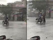 Xúc động hình ảnh người cha ướt đẫm nhường áo mưa cho con