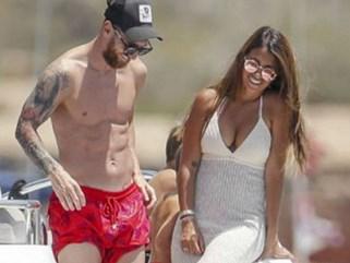 Messi hưởng lạc bên vợ xinh, đòi Barca