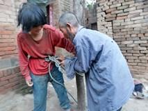 Câu chuyện éo le của ông lão 'nhặt vợ' bên đường về chung sống, mỗi ngày đi làm đều phải trói vợ trói con lại