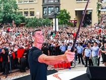 Ronaldo gây náo loạn ở Trung Quốc, một fan nhí khóc ngất