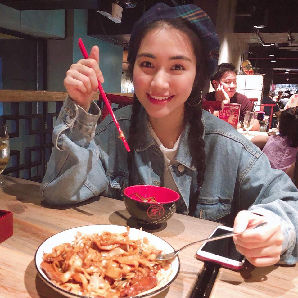Cười bể bụng với thời trang đi ăn thịt nướng bá đạo của chị đại hoa râm bụt Hòa Minzy-6