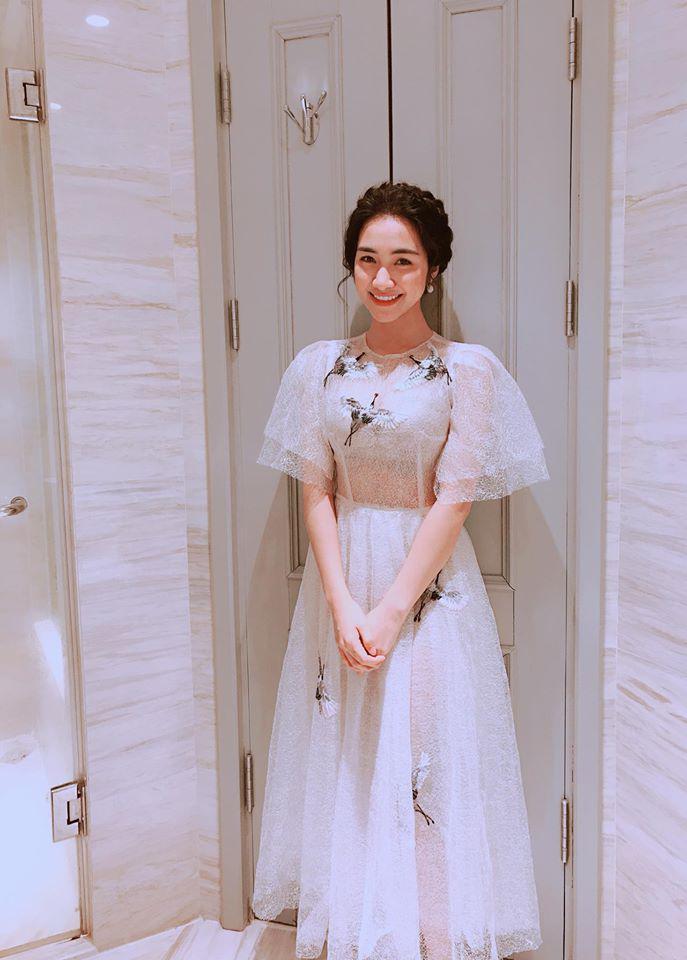Cười bể bụng với thời trang đi ăn thịt nướng bá đạo của chị đại hoa râm bụt Hòa Minzy-12
