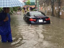 Mưa tầm tã từ đêm tới sáng, đường phố nội thành Hà Nội ngập lênh láng