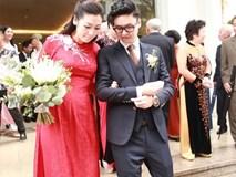 Những góc máy để lộ bụng to lùm lùm trong ngày cưới của Á hậu Tú Anh