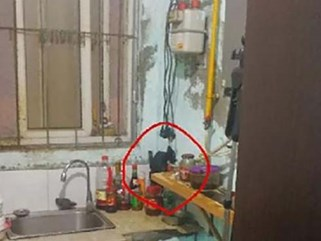 Chủ nhà nghỉ nhìn chăm chú vào lỗ hổng trong bếp, khách phát hiện điều kinh hoàng trong phòng tắm