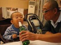 Ông nội cho cháu nhấp thử ngụm rượu, bác sĩ lắc đầu:
