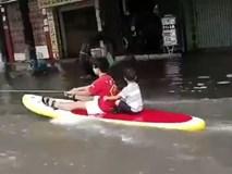 Lướt sóng giữa đường phố Hải Phòng sau cơn mưa lớn