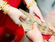 Khách vừa rời đi, cả nhà xúm lại ép nàng dâu tháo vàng cưới đưa mẹ chồng ngay sảnh tiệc khiến hội chị em 'nóng máu'