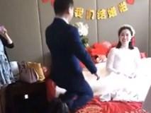 Chú rể quỳ xuống để cầu hôn cô dâu