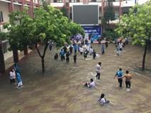 Chùm ảnh: Học sinh, sinh viên thích thú tắm mưa, tạt nước tưng bừng khi sân trường ngập lụt